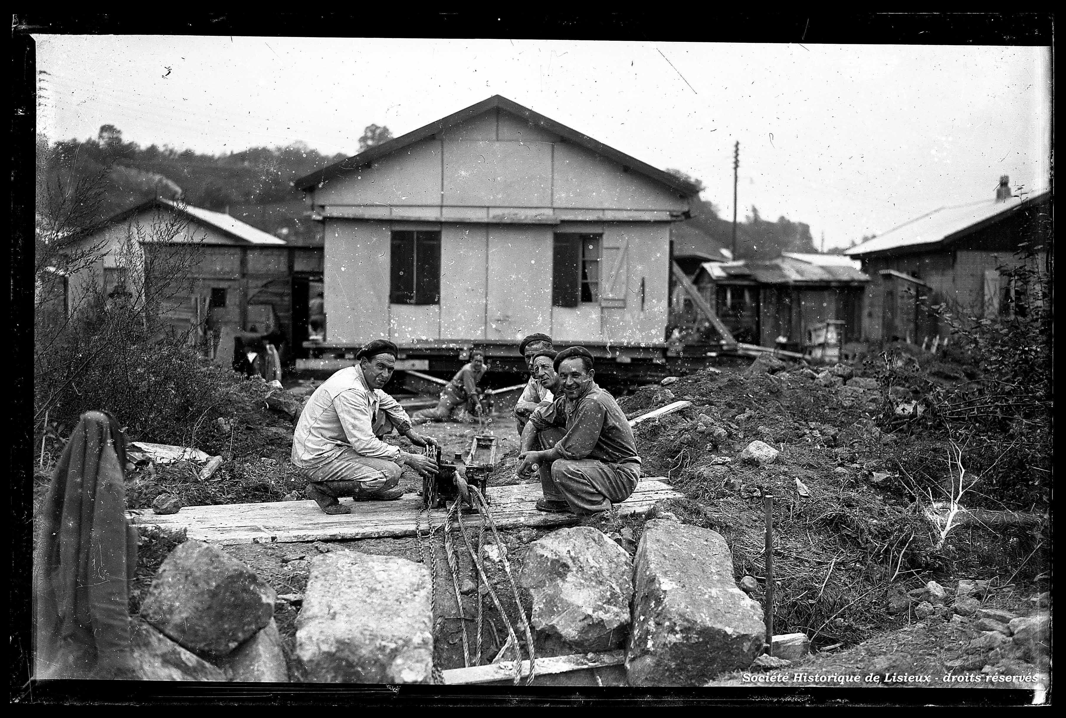 Déplacement des baraquements (photos n°306, 307 et 495)