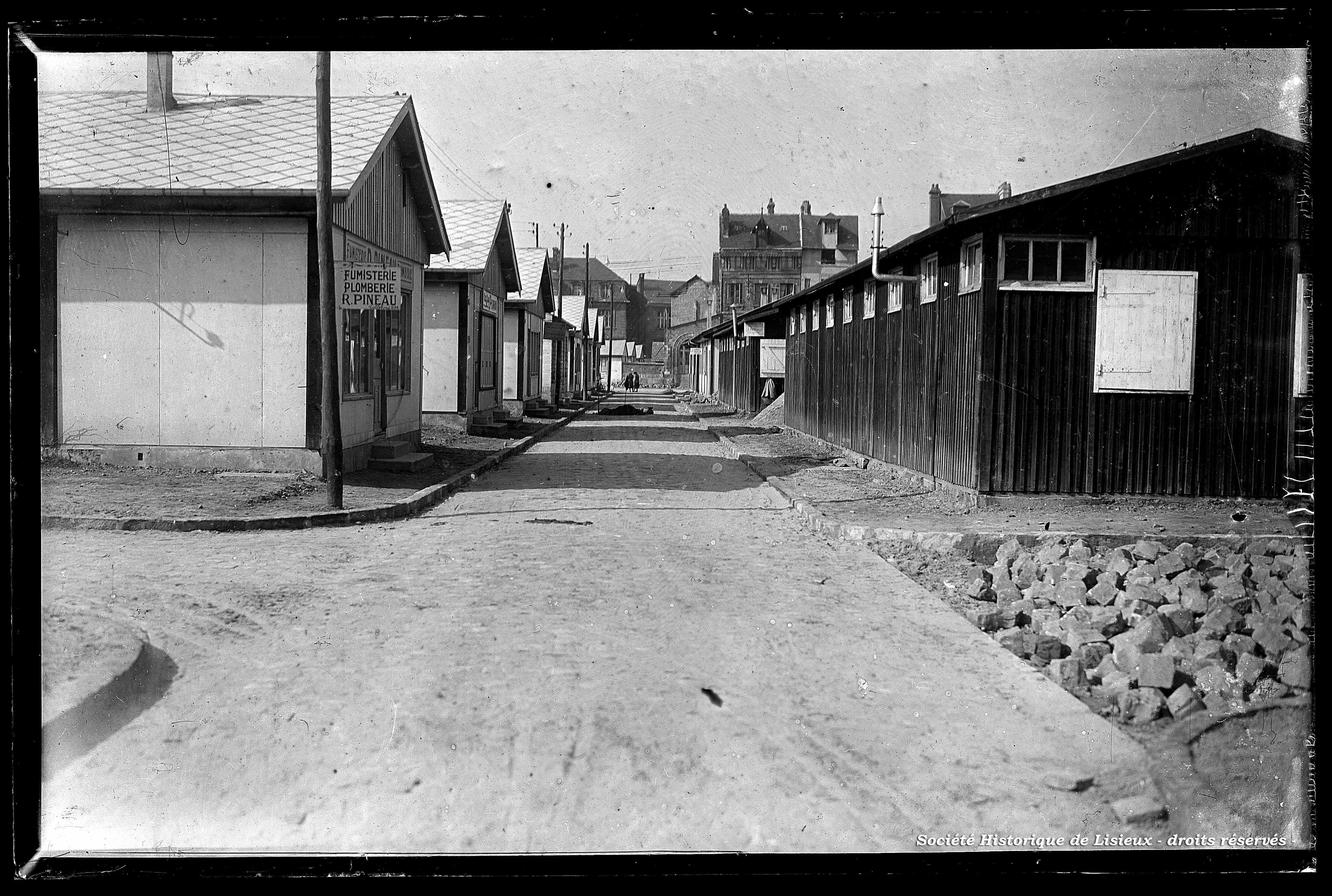 La cité commerciale installée dans des baraquements (photos n°847 et 848)