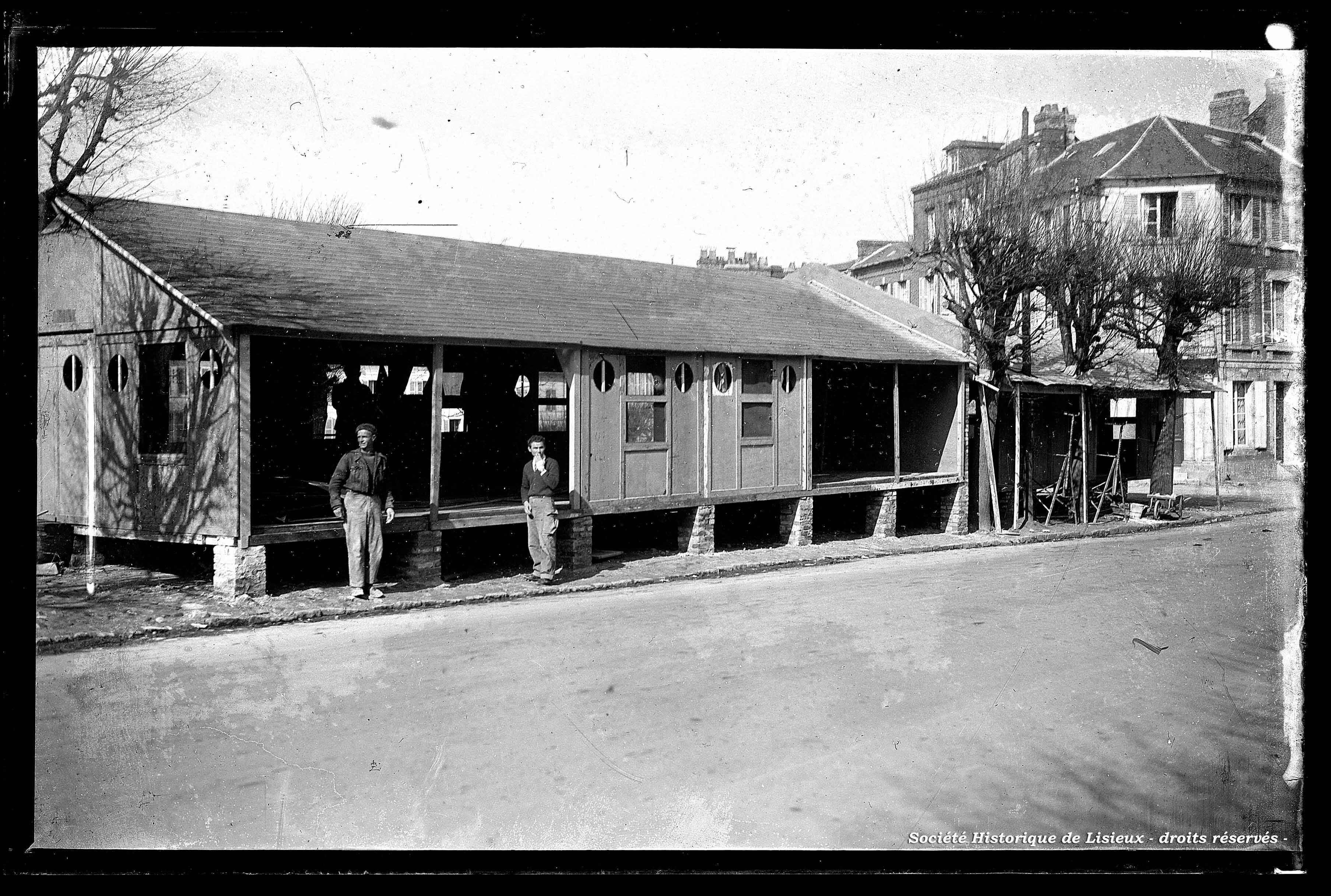 Construction de baraquements, place de la Victoire