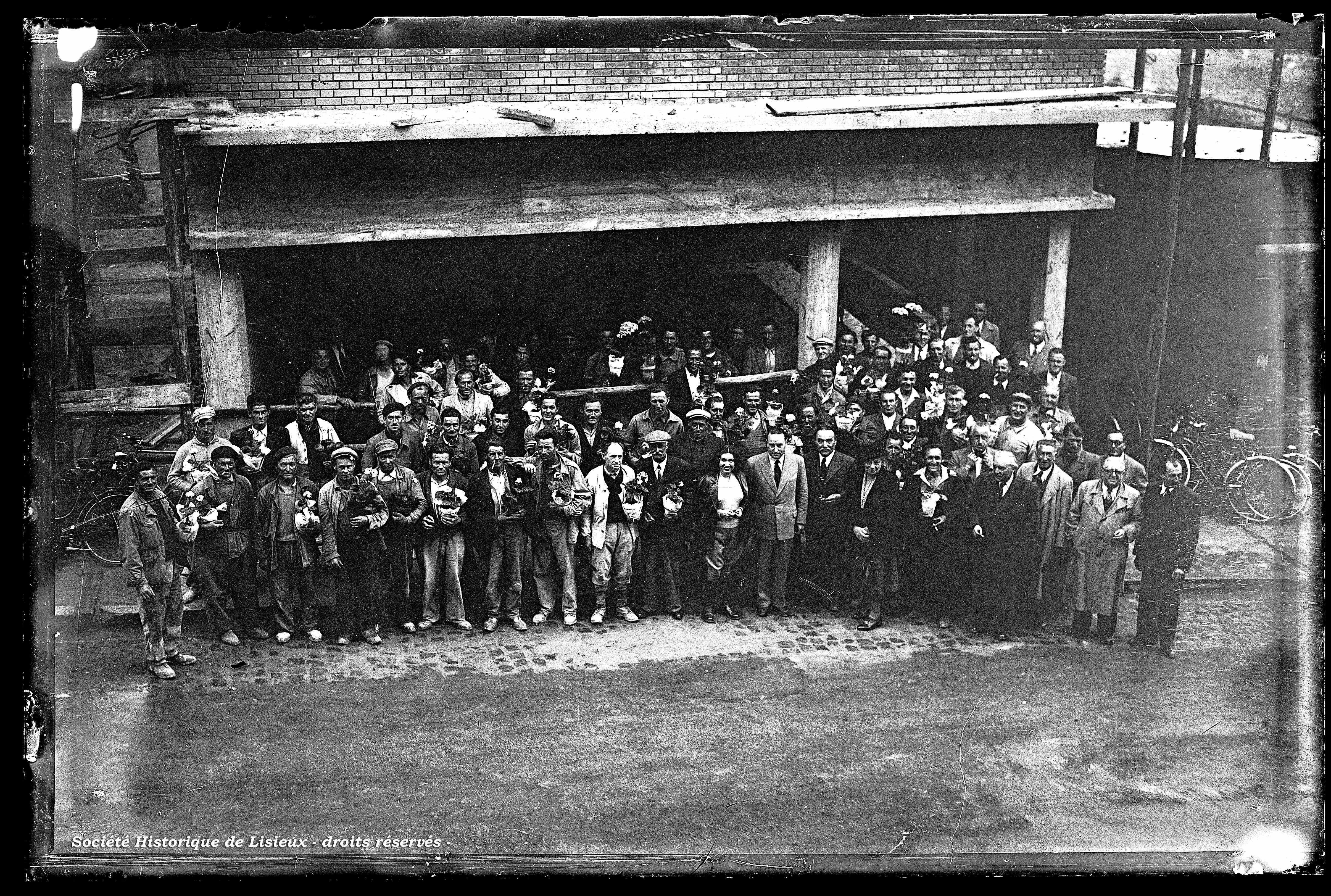 Groupe de personnes devant un bâtiment en construction
