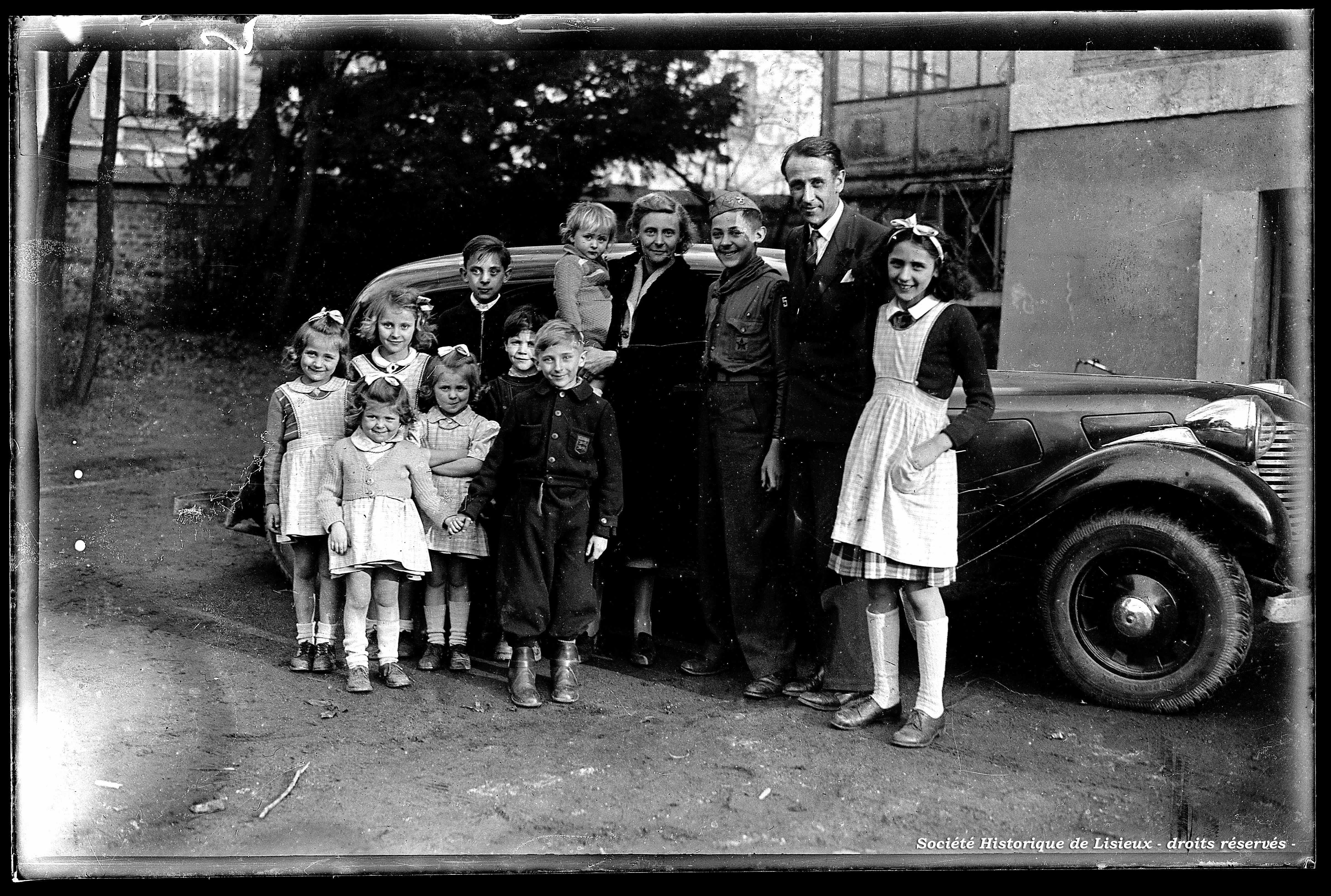 M. Max Maurin et sa famille photographiés à son retour d'Amérique (photos n°674 et 679)