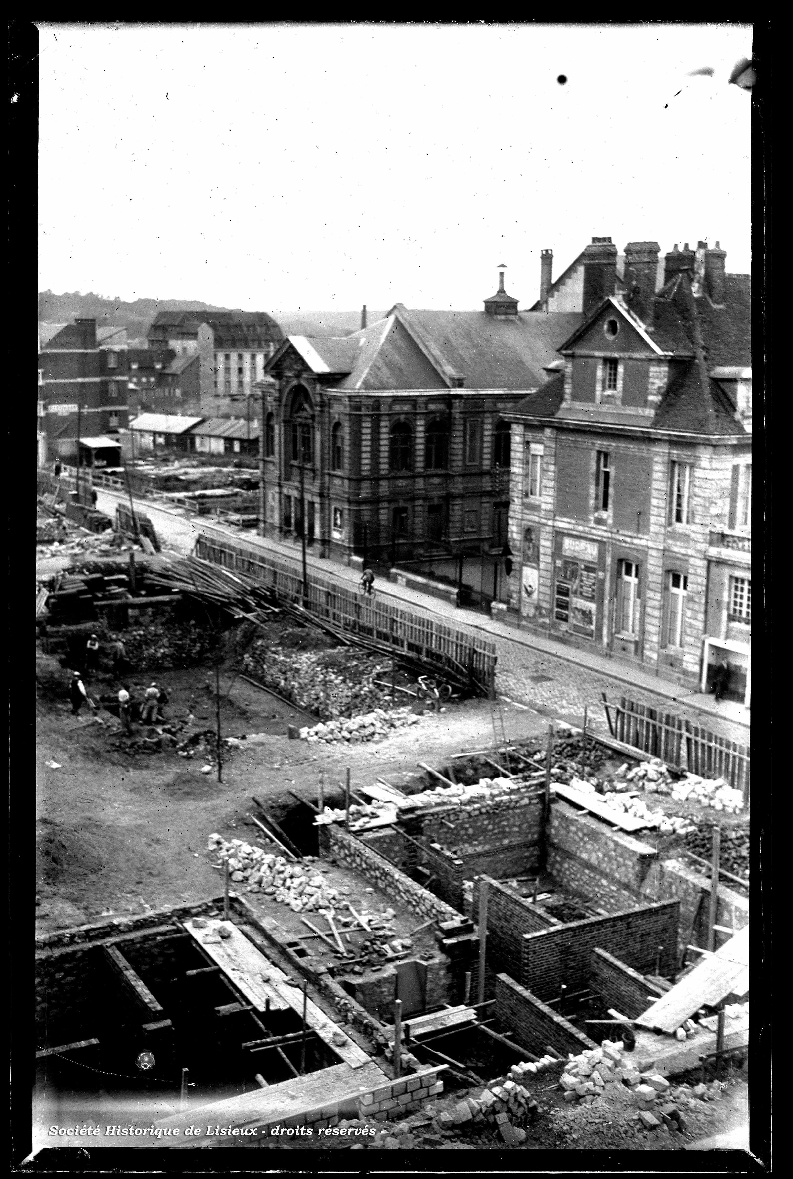 Construction des immeubles, prise de la rue au Char