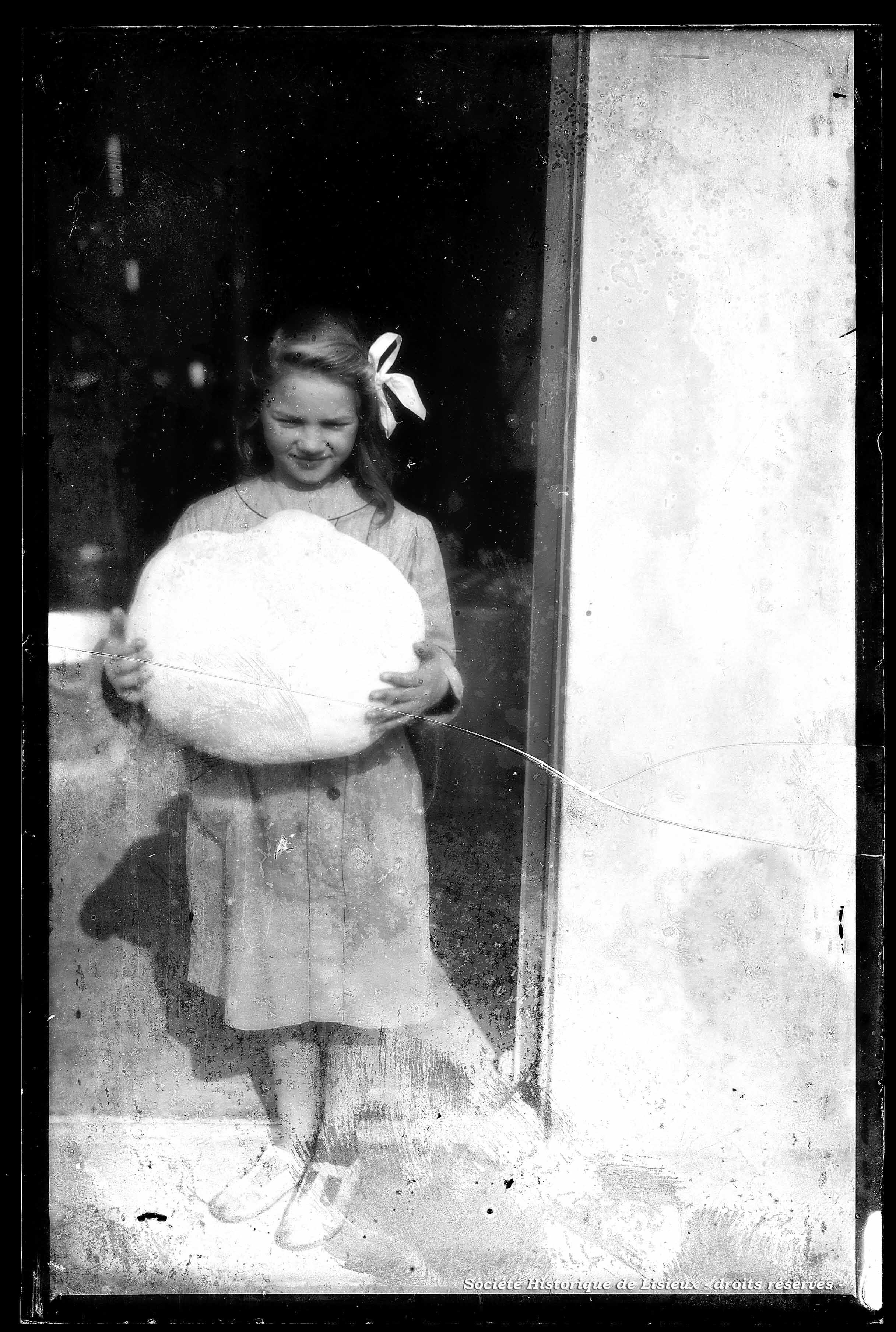 Jeune fille présentant un champignon
